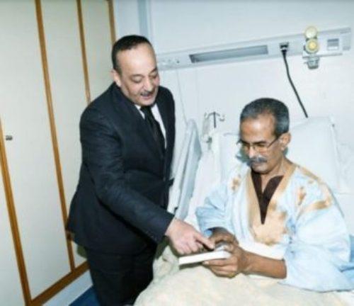 fc3e34351 وزير الثقافة المغربي يزور شاعرا موريتانيا بالمستشفى